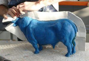 Sculpture en cire de taureau en cours de démoulage