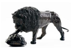 Sculpture en bronze d'un lion jouant avec une tortue