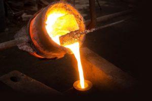Creuset contenant du bronze en fusion