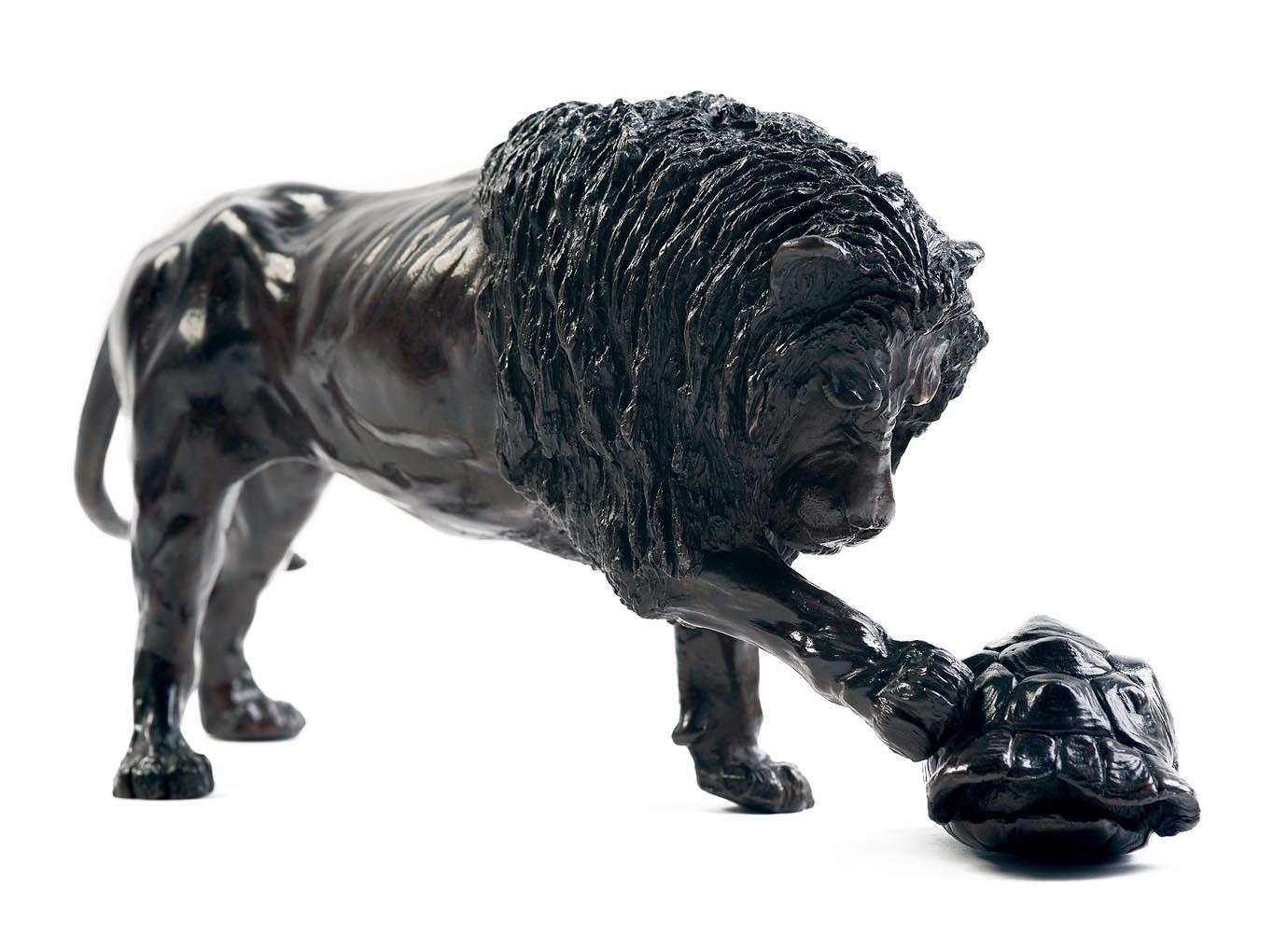Sculpture en bronze d'un lion jouant avec une carapace de tortue