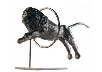 Lion sautant dans un cerceau