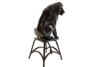 Lion sur un tabouret - Vue 03
