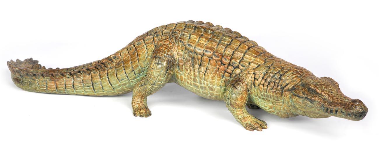 Sculpture en bronze d'un crocodile rampant