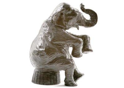 Éléphant de cirque assis