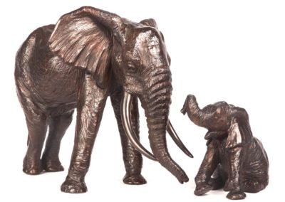 Éléphant d'Afrique et éléphanteau assis