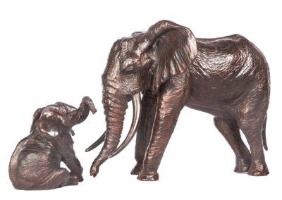 Éléphant d'Afrique et éléphanteau assis - Vue 01