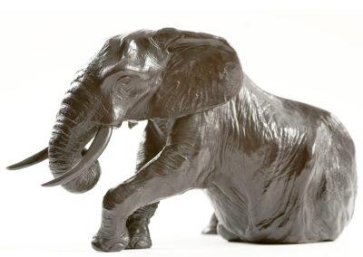 Éléphant d'Afrique se relevant (ÉPUISÉ)