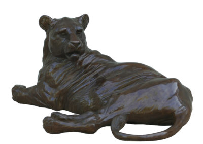 Lionne-couchée-bronze-vue-02