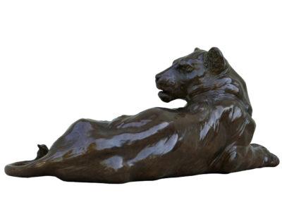 Lionne-couchée-bronze-vue-04