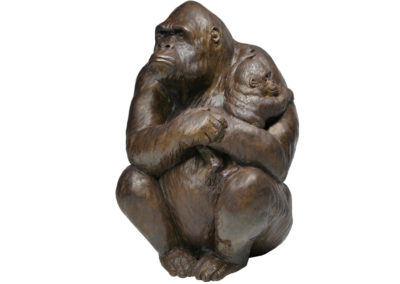 Gorille femelle portant son petit dans les bras