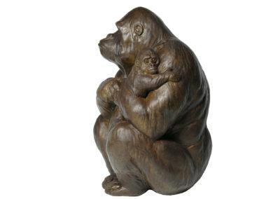 Gorille-femelle-portant-son-petit-vue-03