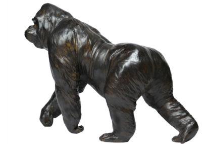 Gorille grand mâle en marche – Réduction